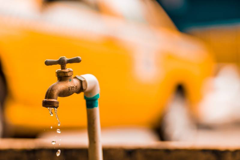 How to stop a leaking pipe with water in it