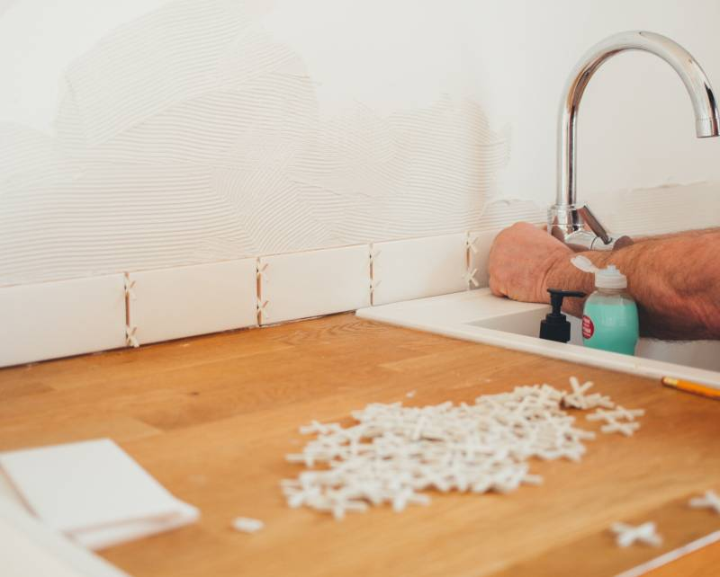A Full Guide for Gluing Tiles To The Wall